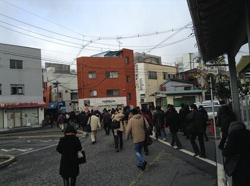朝のラッシュ時のJR向洋駅前(駅前から仕事場に向かう人々)