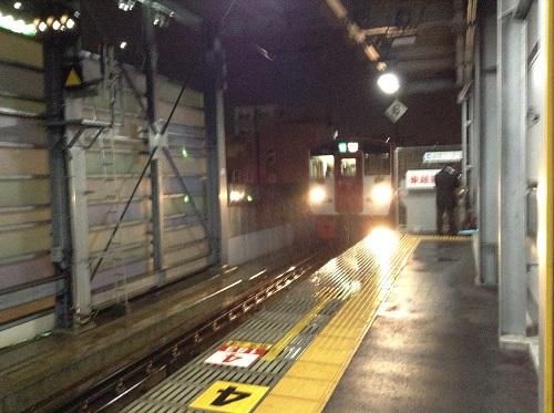 JR新水前寺駅ホームに到着しつつある熊本駅行の電車(JR豊肥本線の電車 N014)