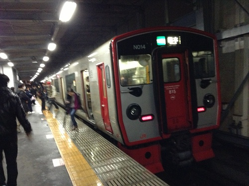 JR新水前寺駅ホームに到着した熊本行の電車(JR豊肥本線の電車 N014)