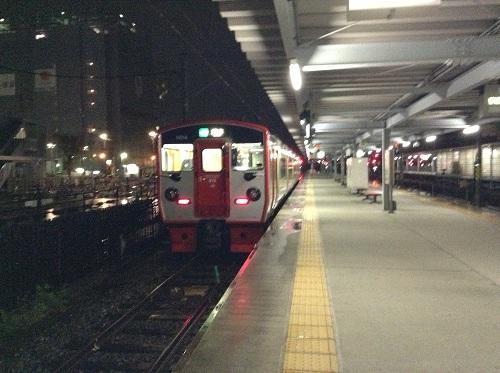 熊本駅ホームに停車中の普通列車