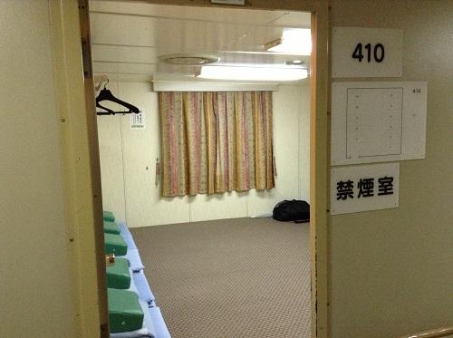 小倉・松山フェリーの410号室(2等船室・禁煙室)(通路より室内を眺めた様子)