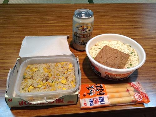 小倉・松山フェリーで食べる晩御飯(「直火焼炒飯」と「金ちゃんきつねうどん」の蓋を開けて食べる直前の様子)