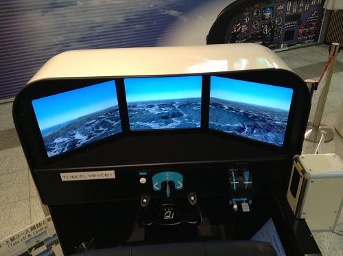 広島空港のフライトシミュレーター(操縦席付近)