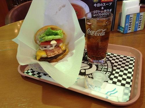 佐世保バーガー仙台定禅寺通店で注文した佐世保バーガーAセットの佐世保バーガーとアイスコーヒー