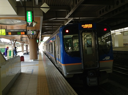 仙台駅3番ホームに停車中の仙台空港行の電車