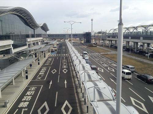 写真の左手が仙台空港、右手が仙台空港駅