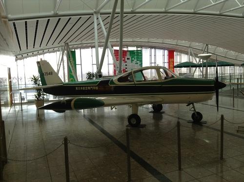 仙台空港に展示されている飛行機:FA-200 エアロスバル(側面・右翼方向より)