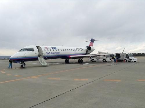 仙台空港12時0分発、広島空港13時45分着のANA 3137便の飛行機(07RJ)(左翼側)
