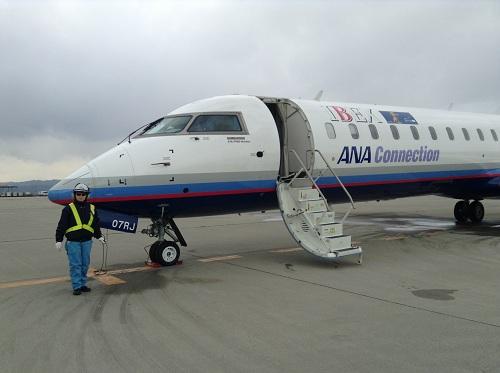 仙台空港12時0分発、広島空港13時45分着のANA 3137便の飛行機(07RJ)(コクピット付近)