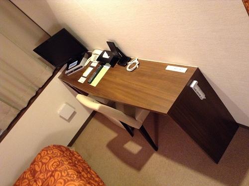ホテルクドウ大分の机、椅子、テレビなど