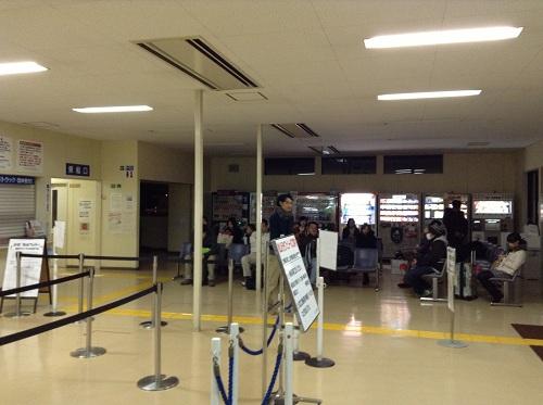 小倉港待合所の椅子に座ってバスを待っているであろう人達
