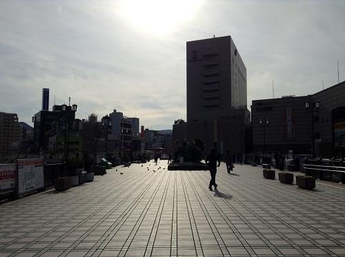 長崎駅前の陸橋と一体化した空中広場(鳩がうろうろ)