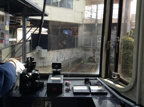 運転席のすぐ後ろの座席から眺めた正覚寺下電停