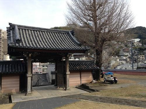 正覚寺境内から見た正覚寺の門