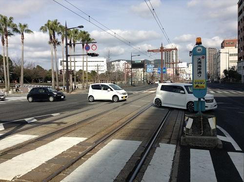 大浦海岸通り」電停前の線路と横断歩道