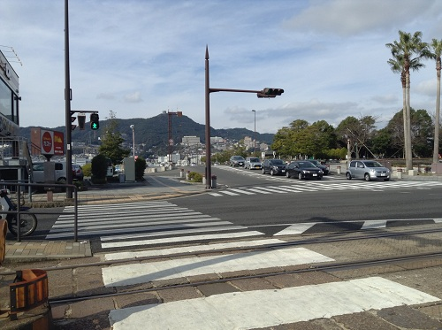 「大浦海岸通り」電停前の道路とガスト 長崎大浦海岸店