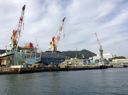 三菱重工業長崎造船所で造船中の巨大な船