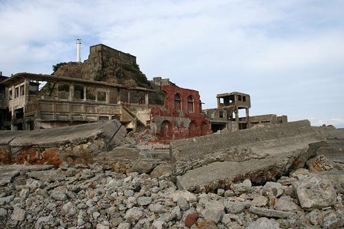 軍艦島第二見学広場から第三見学広場に向かう通路から眺めた総合事務所、第二堅坑坑口桟橋跡