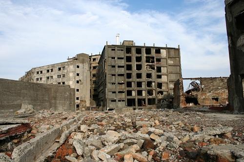 軍艦島の第三見学広場から眺めた31号棟(写真左)と30号棟(写真右)のアパート