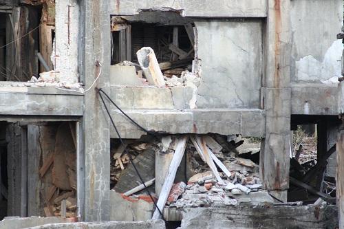 軍艦島の第三見学広場から眺めた30号棟のアパート