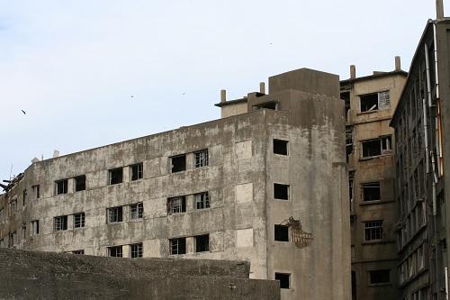 軍艦島の第三見学広場から眺めた31号棟のアパート