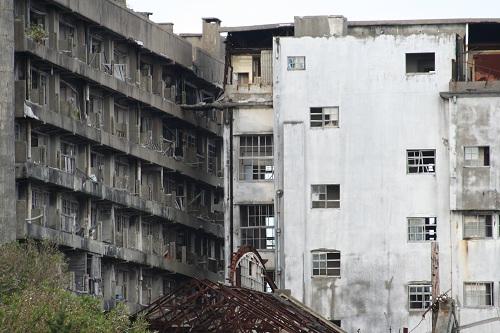 軍艦島の65号棟・鉱員社宅(写真左側)と70号棟・端島小中学校(写真右側)