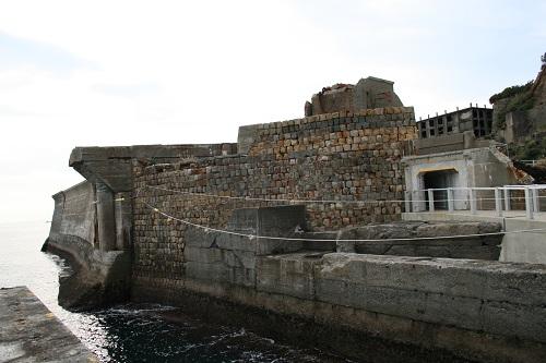ドルフィン桟橋付近から眺めた軍艦島の「天川の護岸」