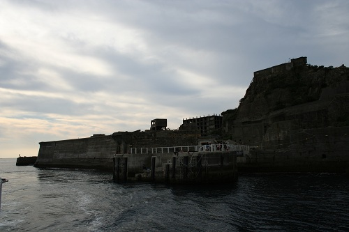 マーキュリー(軍艦島上陸・周遊ツアー船)の船上から眺めた軍艦島のドルフィン桟橋付近