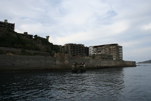 マーキュリー(軍艦島上陸・周遊ツアー船)の船上から眺めた軍艦島の65号棟・鉱員社宅(写真左側)と70号棟・端島小中学校(写真右側)