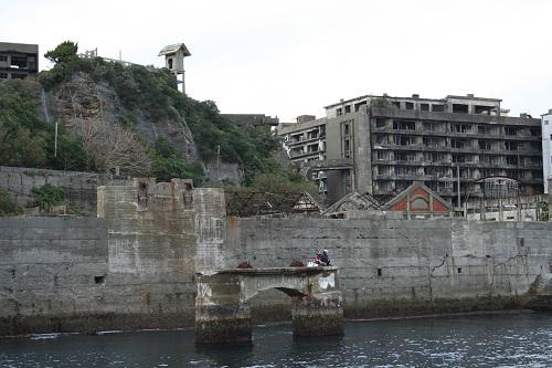マーキュリー(軍艦島上陸・周遊ツアー船)の船上から眺めた軍艦島の山の上にある端島神社