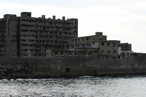マーキュリー(軍艦島上陸・周遊ツアー船)の船上から眺めた軍艦島の65号棟・鉱員社宅、69号棟・端島病院、68号棟・隔離病棟