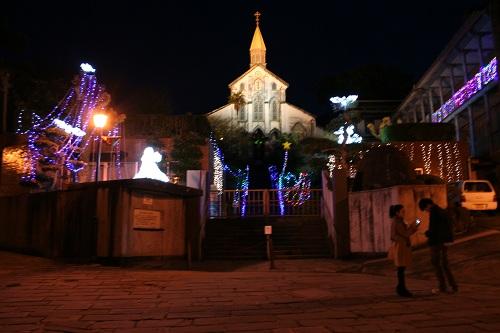 長崎県長崎市・グラバー通りから眺めた大浦天主堂(夜間ライトアップ)
