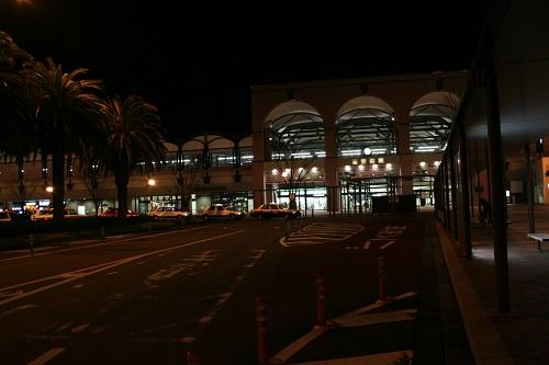 夜の佐世保駅(タクシー乗り場とバス乗り場)