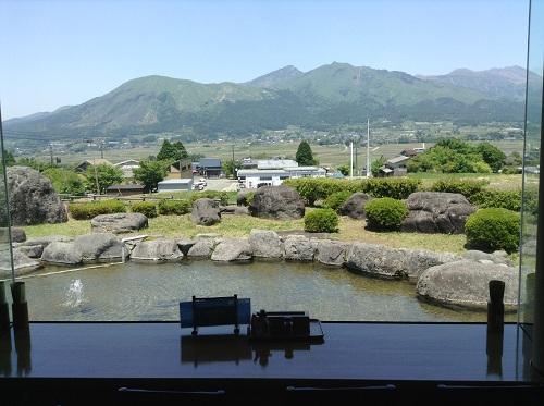 南阿蘇・久木野「そば道場」(熊本県阿蘇郡南阿蘇村河陰149-1)店内から眺めた阿蘇山