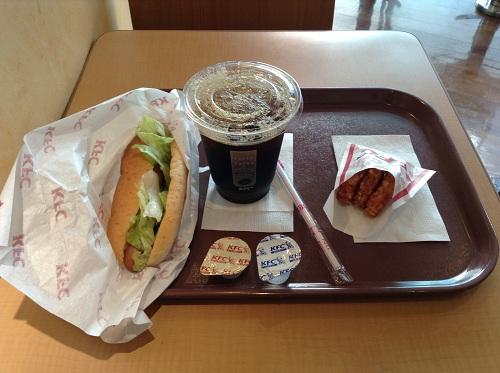 ケンタッキーフライドチキン新橋店で食べた「Fセット ホットドッグ(プレーン)ドリンクSつき」と「ハッシュドポテト」