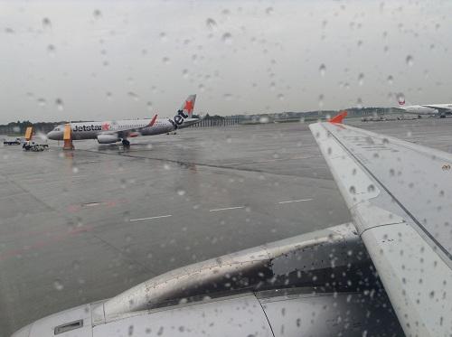 成田空港に到着したジェットスター機内の窓から眺めた成田空港の風景