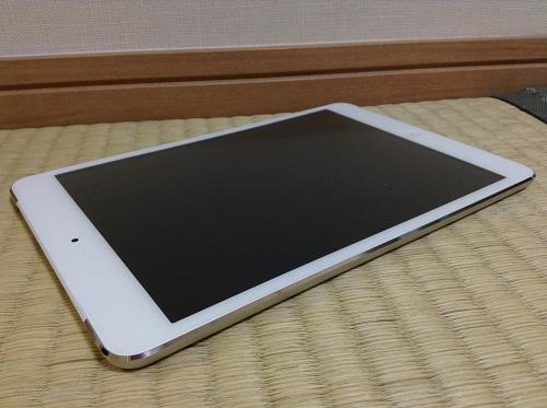 「Simplism iPad mini 保護フィルム 抗菌仕様 つや消し 非光沢 TR-PFIPDM12-AG」(トリニティ株式会社)の保護シールを装着したiPad mini