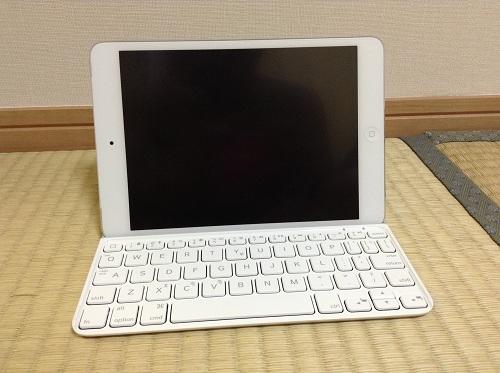 iPad mini用キーボード「Logicool Ultrathin Keyboard mini TM710WH(LOGICOOL ウルトラスリムキーボードミニ ホワイト TM710WH)」にiPad miniを装着した時の様子(正面より)