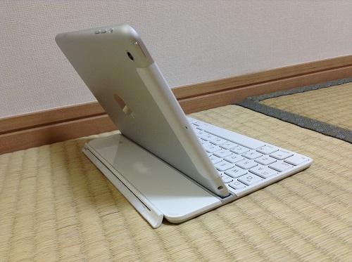 iPad mini用キーボード「Logicool Ultrathin Keyboard mini TM710WH(LOGICOOL ウルトラスリムキーボードミニ ホワイト TM710WH)」にiPad miniを装着した時の様子(左側面後方より)