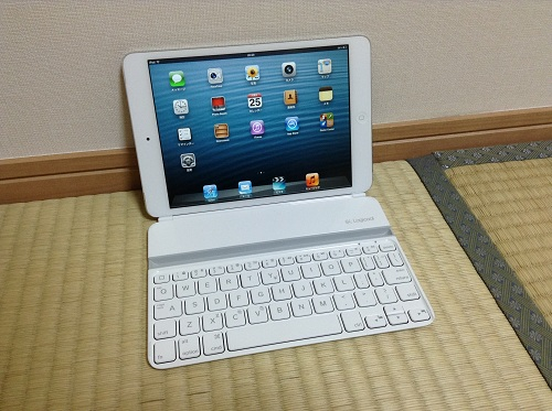 iPad mini用キーボード「Logicool Ultrathin Keyboard mini TM710WH(LOGICOOL ウルトラスリムキーボードミニ ホワイト TM710WH)」にiPad miniを磁石のみで接着した時の様子(正面より・電源オン時)