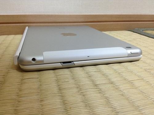 iPad mini用キーボード「Logicool Ultrathin Keyboard mini TM710WH(LOGICOOL ウルトラスリムキーボードミニ ホワイト TM710WH)」にiPad miniを装着し、閉じた時の様子