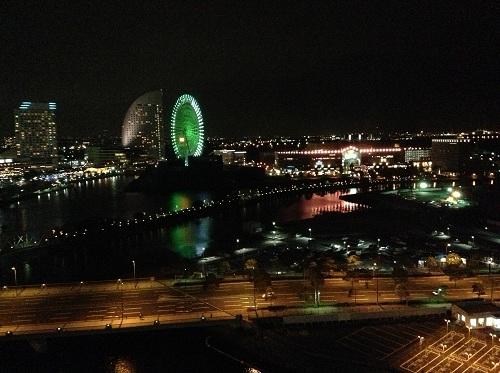 横浜桜木町ワシントンホテル(神奈川県横浜市中区桜木町1-101-1)のシングルルームの窓から眺めた「みなとみらい21」の夜景