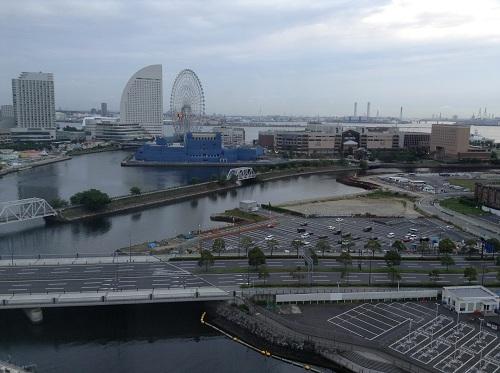 横浜桜木町ワシントンホテル(神奈川県横浜市中区桜木町1-101-1)のシングルルームの窓から眺めた「みなとみらい21」の早朝の風景