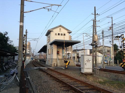 伊予鉄道「土居田駅」の駅舎と線路