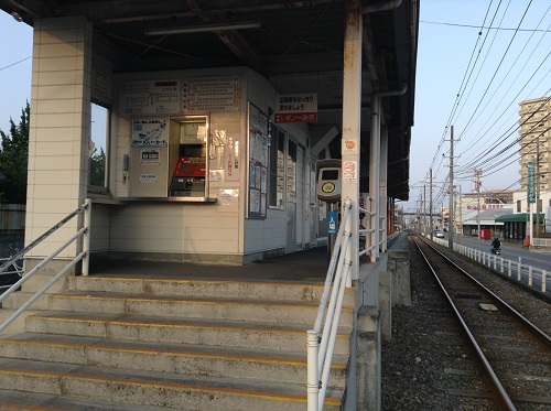 伊予鉄道「土居田駅」駅舎(ホームへの階段、券売機、改札口)