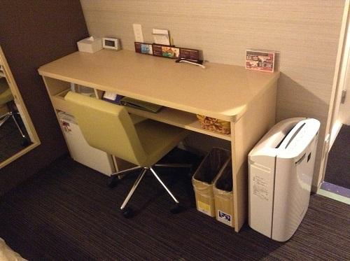 スーパーホテル東京・JR新小岩のシングルルーム室内の机、椅子、空気清浄器、冷蔵庫