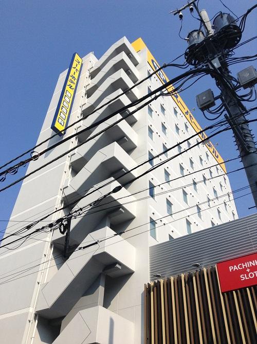 スーパーホテル東京・JR新小岩の外観(ホテル名入りの黄色い看板)