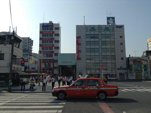 JR新小岩駅南口側の風景(新小岩ルミエール商店街の出入口などが見える)