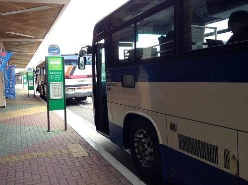 青森空港 4番バス乗り場(青森市内行)に停車中のJR東北のバス(J647-03407 乗合)