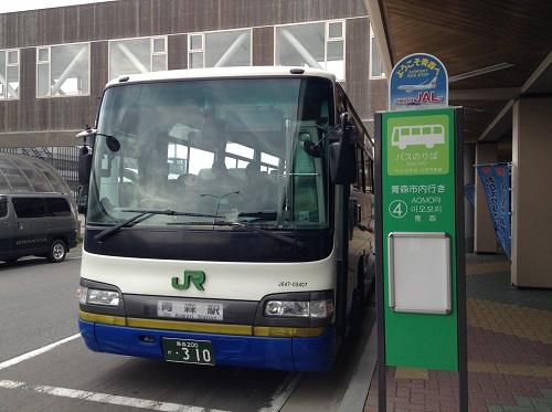 青森空港 4番バス乗り場(青森市内行)に停車中のJR東北のバス(J647-03407 乗合)(正面からの写真)